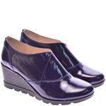 Женские лаковые туфли на танкетке