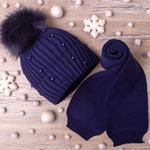Набор: Шапка вязаная на флисе с помпоном,бусины + шарф ,темно-синий