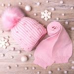 Набор: Шапка вязаная на флисе с помпоном,бусины + шарф ,розовый