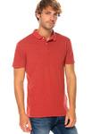 Мужская рубашка поло с короткими рукавами в размытом эффекте