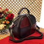 Стильная сумка Amaretto из натуральной кожи с ремнем через плечо кофейного цвета.