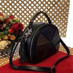 Стильная сумка Amaretto из натуральной кожи с ремнем через плечо чёрного цвета.