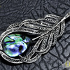 Роскошная брошь - подвеска - талисман '' Перо '' с натуральным перламутром, украшенная кристаллами