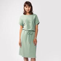 Свободное платье из трикотажа в рубчик, с асимметричным кроем верха и низа, с поясом-шнуром на кулиске  Цвет: светло-оливковый  Артикул: D42.200