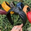 Ободок выполнен из экокожи черного цвета